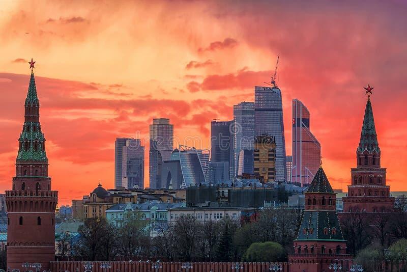 Panorama van Moskou het Kremlin bij zonsondergang Moskou, Rusland royalty-vrije stock fotografie