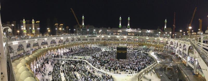 Panorama van Moslimpelgrims circumambulate Kaabah met bouw die worden uitgevoerd stock fotografie