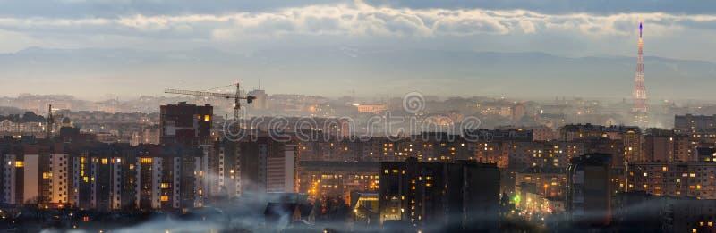 Panorama van nacht luchtmening van ivano-Frankivsk stad, de Oekraïne Scène van moderne nachtstad met verstralers van lange gebouw stock fotografie