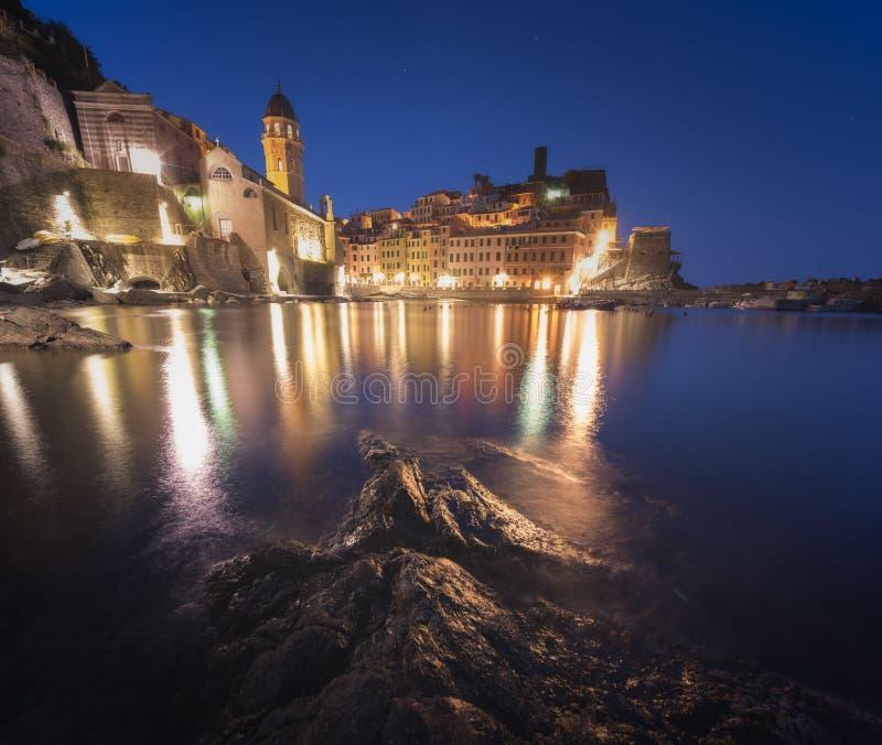 Panorama van nacht visserijdorp Vernazza met Santa Margherita di Antiochia Church royalty-vrije stock foto