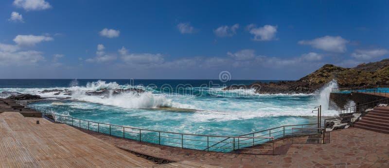 Panorama van Natuurlijke pool in Mesa del Mar, Tenerife, Canarische Eilanden, Spanje stock fotografie