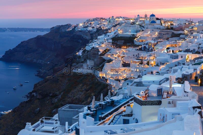 Panorama van Oia vlak na zonsondergang, Santorini, Griekenland stock foto's
