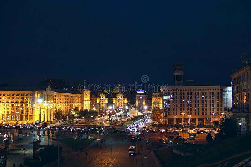 Panorama van Onafhankelijkheidsvierkant in Kyiv bij nacht lichten van nachtstad stock afbeeldingen