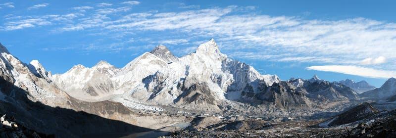 Panorama van Onderstel Everest met mooie hemel royalty-vrije stock afbeeldingen