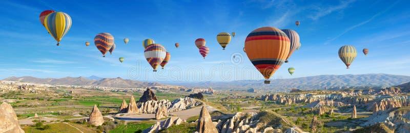 Panorama van ongebruikelijk rotsachtig landschap in Cappadocia, Turkije royalty-vrije stock fotografie
