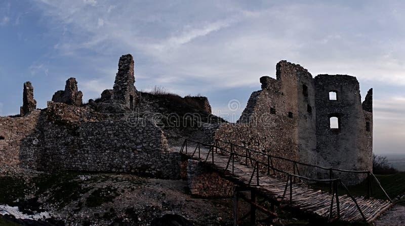 Panorama van Oponice-kasteelruïnes in Slowakije, Midden-Europa stock afbeeldingen