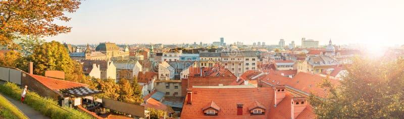 Panorama van oud Europees stadscentrum in de herfst bij zonsondergang stock foto