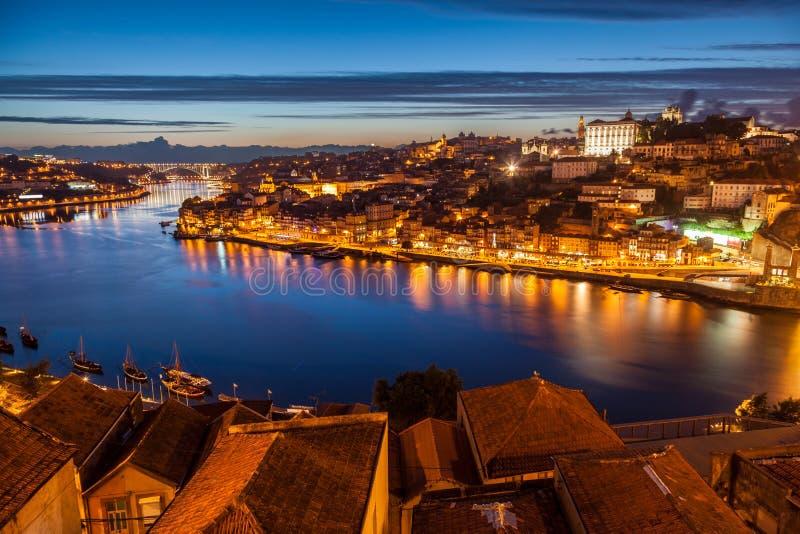 Panorama van oude rivier Porto en Douro bij nacht royalty-vrije stock afbeelding