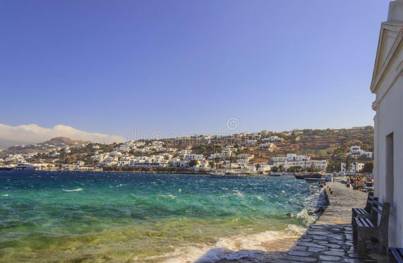 Panorama van oude stad en haven van Mykonos, Cycladen, Griekenland Panorama van traditioneel Grieks dorp met witte huizen in Cyc stock foto
