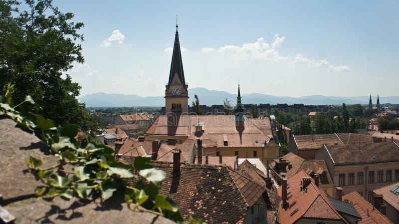 Panorama van oude stad met een kerk, zonnige dag, Ljubljana, Slovenië royalty-vrije stock afbeelding