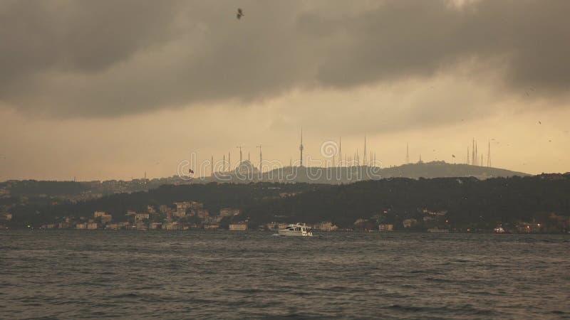 Panorama van overzees aan bank met sityscape met Moskee Istanboel Turkije op een zonsondergang, bij de zomer 4K UHD-video royalty-vrije stock foto