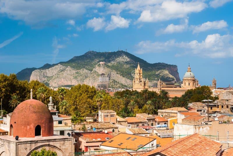 Panorama van Palermo met zijn kathedraal en Monte Pellegrino op de achtergrond stock afbeeldingen