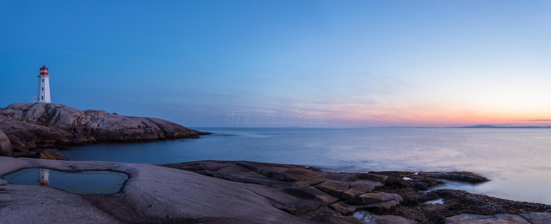 Panorama van Peggys-de Vuurtoren van de Inham na Zonsondergang (Nova Scotia, royalty-vrije stock foto