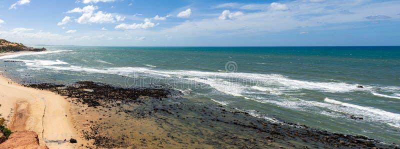 Panorama van Pipa-strand in Brazilië Het overzees omhelst de rotsen van de kust een Baai van glasheldere wateren royalty-vrije stock fotografie