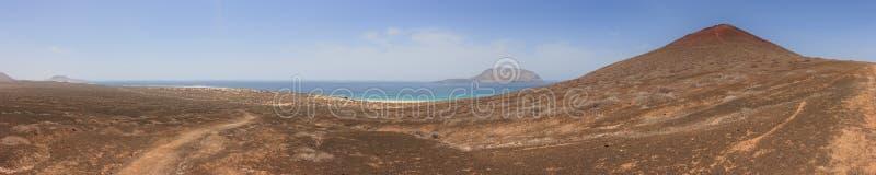 Panorama van Playa DE las Conchas en vulkanische krater onder een wolkenloze blauwe hemel La Graciosa, Lanzarote, Canarische Eila stock foto