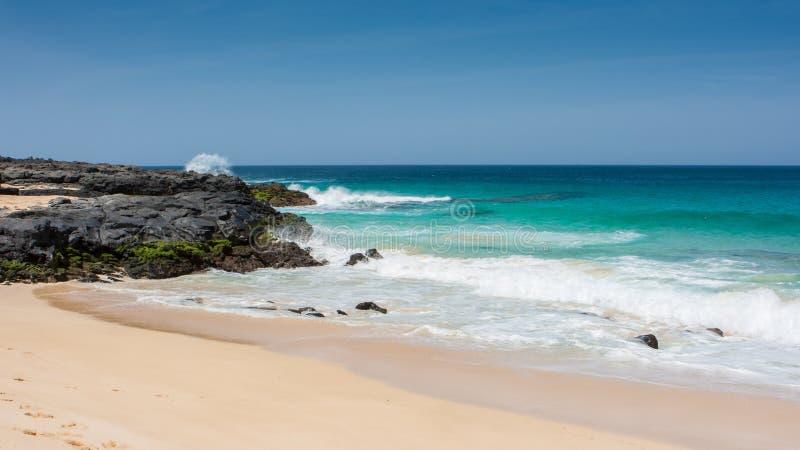 Panorama van Playa DE las Conchas strand met blauw oceaan en wit zand La Graciosa, Lanzarote, Canarische Eilanden, Spanje royalty-vrije stock foto's