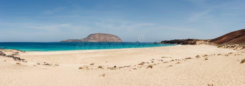 Panorama van Playa DE las Conchas strand met blauw oceaan en wit zand La Graciosa, Lanzarote, Canarische Eilanden, Spanje stock foto's