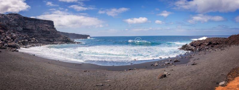 Panorama van Playa del Paso, zwart zandstrand in Lanzarote, Canarische Eilanden Spanje stock afbeeldingen
