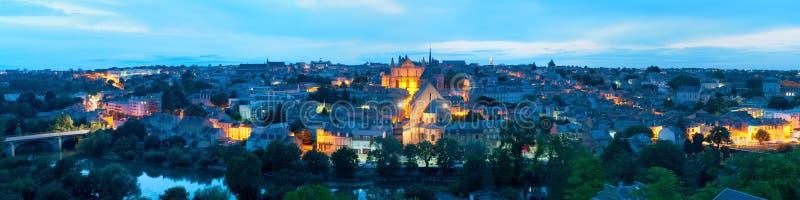 Panorama van Poitiers bij nacht stock afbeelding