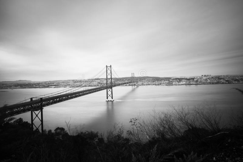 Panorama van Ponte 25 DE Abril, lange brug in Lissabon stock foto