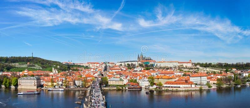 Panorama van Praag: Gegoten Mala Strana, Charles-brug en Praag stock foto's