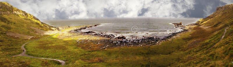 Panorama van reuzeverhoogde weg Noord-Ierland het UK royalty-vrije stock foto