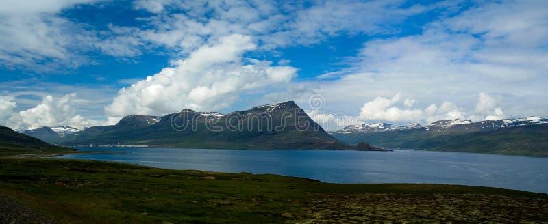 Panorama van Reydarfjordur, grootste fjord, Oostelijk IJsland royalty-vrije stock foto's