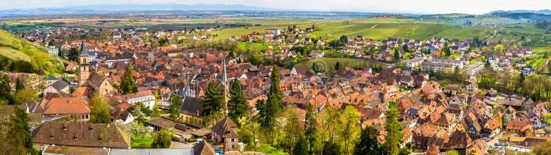 Panorama van Ribeauville, een traditioneel dorp in Frankrijk royalty-vrije stock foto