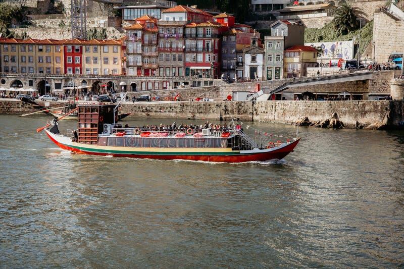 Panorama van rivier Douro en de oude stad van Porto, tweede - grootste stad in Portugal na Porto royalty-vrije stock afbeeldingen