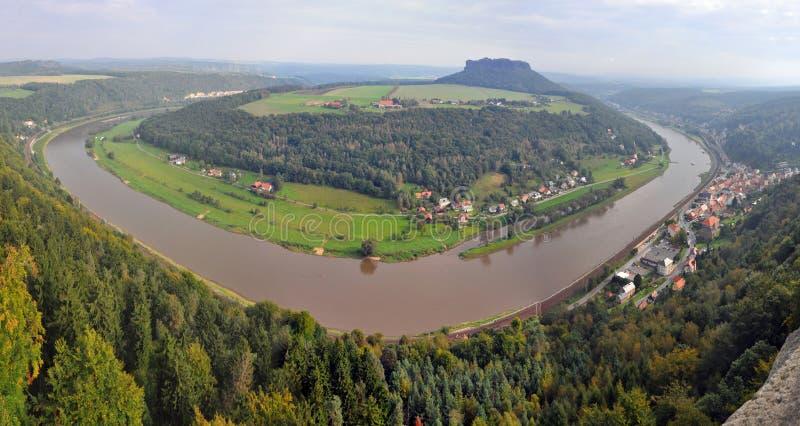 Panorama van rivier Elbe, Duitsland - van Bastei-rotsen in Saksisch Zwitserland stock fotografie