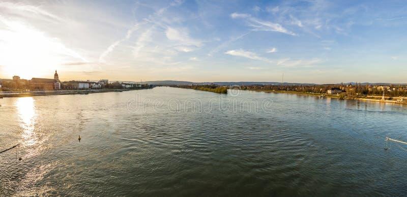 Panorama van rivier Rijn in de stad van Mainz en van Wiesbaden, Germa stock foto's