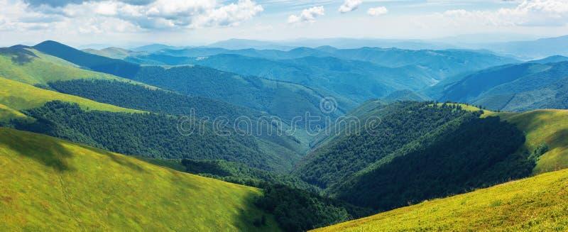 Panorama van rollende heuvels van de rand in de zomer royalty-vrije stock foto's