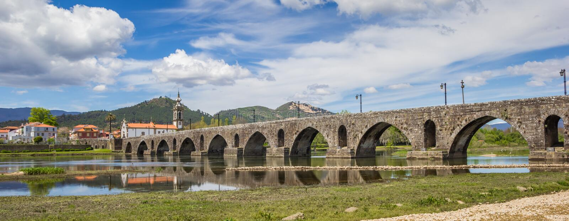 Panorama van roman brug in Ponte DE Lima royalty-vrije stock foto's