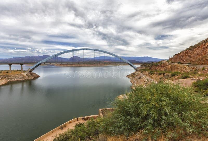 Panorama van Roosevelt-meer en brug, Arizona stock afbeelding