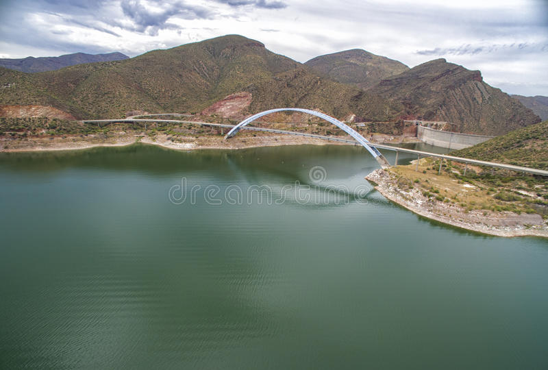 Panorama van Roosevelt-meer en brug, Arizona stock afbeeldingen