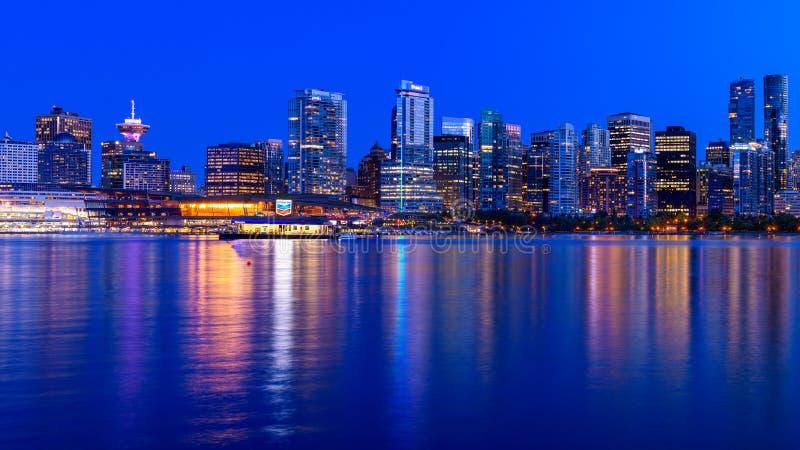 Panorama van 's nachts de stad van Vancouver stock foto