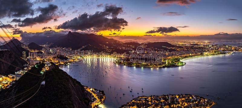 Panorama van 's nachts Rio de Janeiro royalty-vrije stock foto's