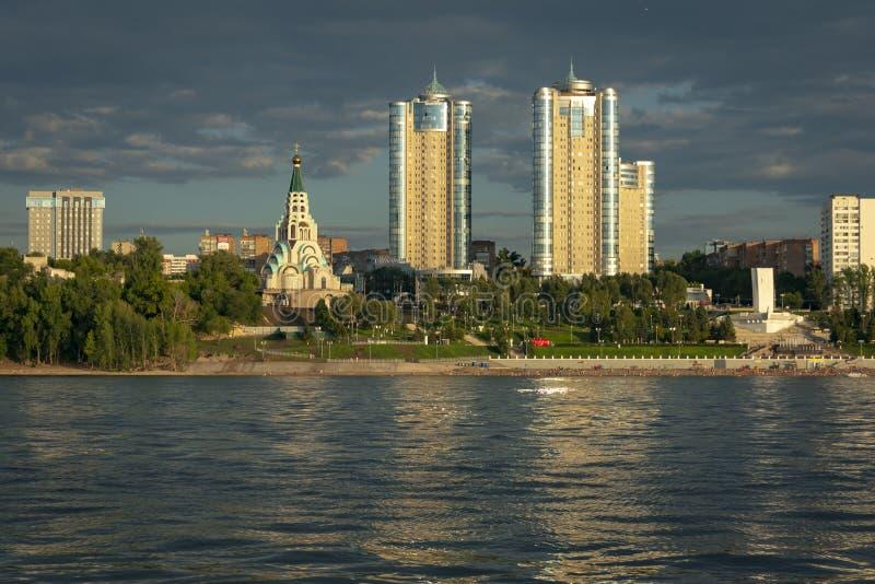 Panorama van Samara en de dijk van de stad Mening van Volga bij zonsondergang van de dag royalty-vrije stock foto's