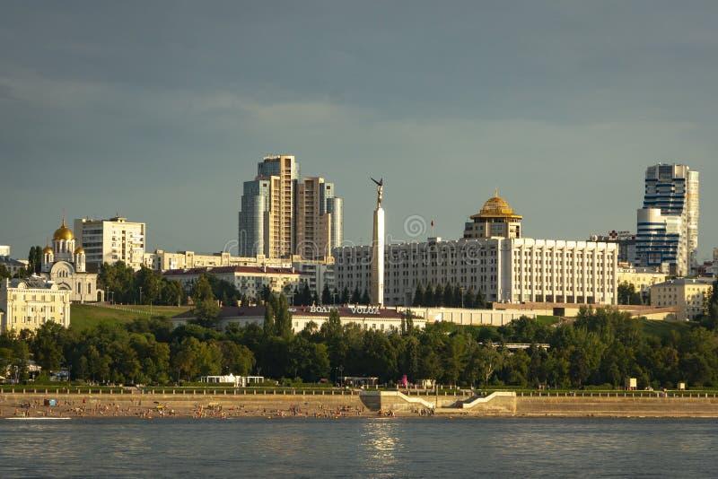 Panorama van Samara en de dijk van de stad Mening van Volga bij zonsondergang van de dag stock afbeelding