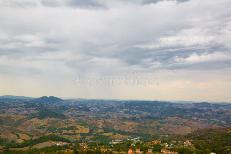 Panorama van San Marino Groene vallei met oranje dakenhou royalty-vrije stock foto's
