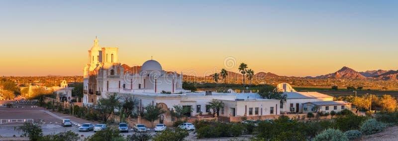 Panorama van San Xavier Mission Church in Tucson, Arizona, bij zonsopgang stock afbeeldingen