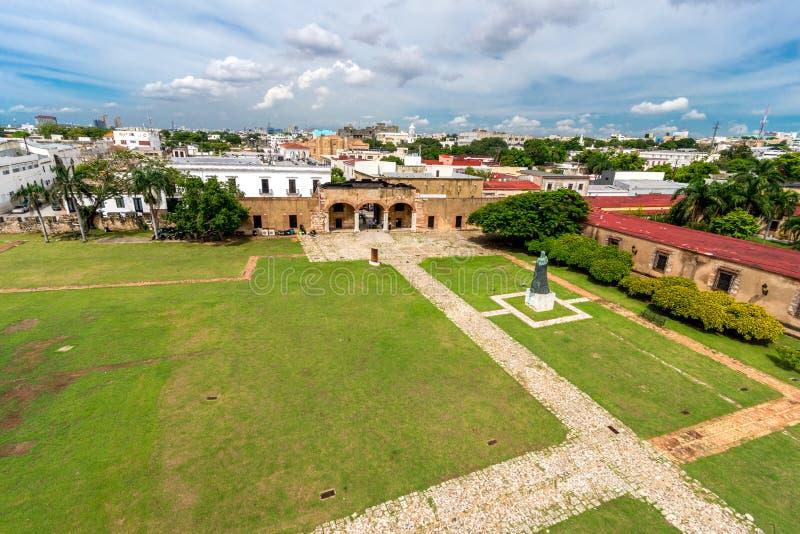 Panorama van Santo Domingo-vesting - Museo Fortaleza met tuin vooraan stock fotografie
