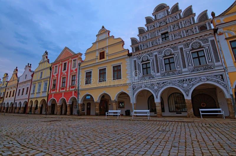 Panorama van schilderachtig hoofdvierkant in Telc Kleurrijke renaissance en barokke gebouwen Het landschap van de de zomerochtend royalty-vrije stock foto's