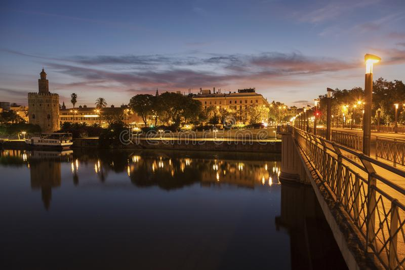 Panorama van Sevilla met Gouden Toren stock foto's