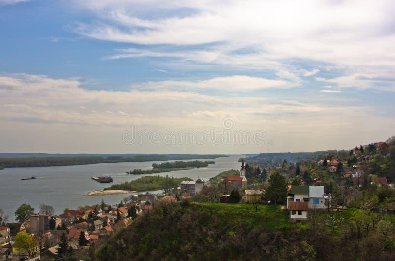Panorama van Slankamen, stad bij de rivier van Donau stock foto's