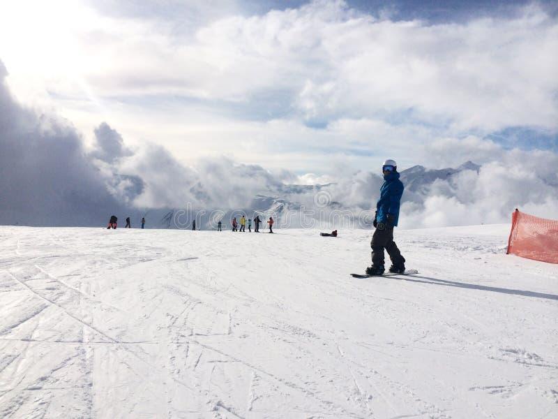 Panorama van snowboarder op sneeuwhelling royalty-vrije stock afbeeldingen