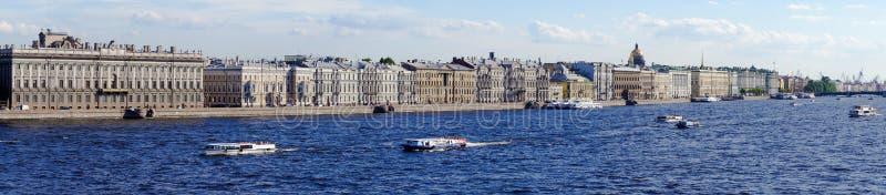 Panorama van St. Petersburg met meningen van de Paleisdijk stock afbeeldingen