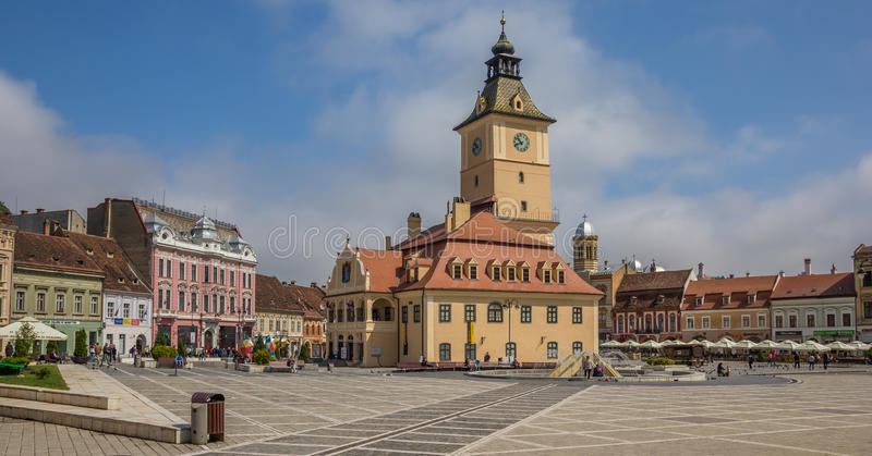 Panorama van stadhuis op Piata Sfatului in Brasov royalty-vrije stock fotografie