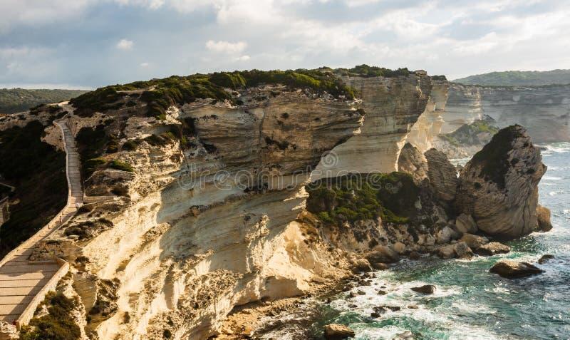 Panorama van thr rotsachtige overzeese kust met duidelijk transparant blauw water, klippen, reusachtige rotsen, gras Bonifacio Co royalty-vrije stock foto