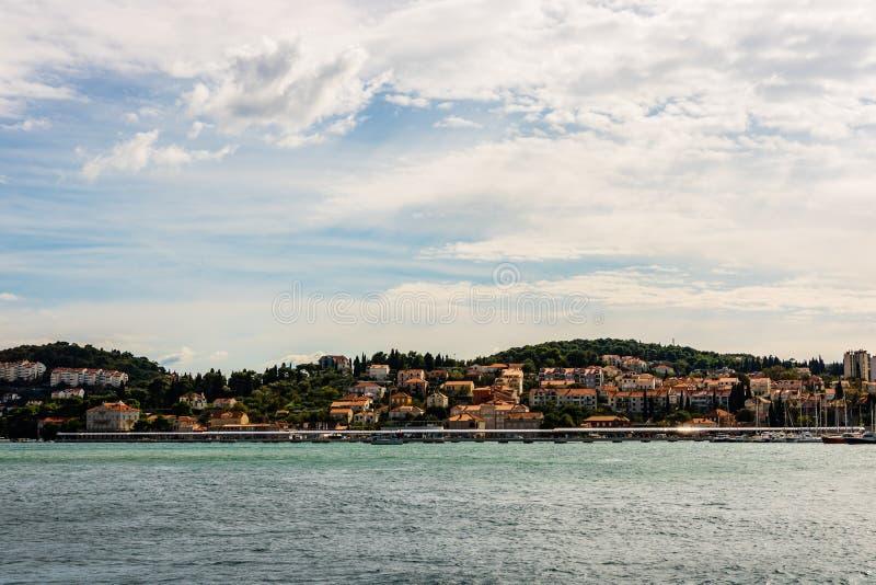 Panorama van traditionele Mediterrane huizen met rode betegelde daken in Dubrovnik, Dalmatië, Kroatië royalty-vrije stock foto's